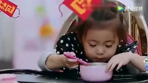 波妞吃饭和修杰楷互动超级有爱!很温馨!咘咘喝汤也非常上镜