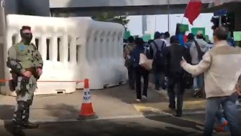 香港市民集会支持警队加薪 现场遇执勤港警,市民伸大拇指为其点赞