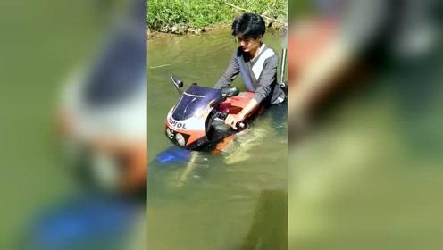 摩托没进水,人进水了!