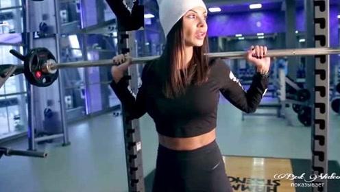 俄罗斯花臂女神日常如何训练?负重的重量一般人受不了