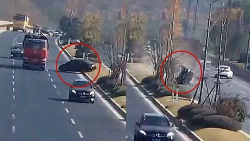实拍:大货车突然变道 轿车遭撞击 360度腾空旋转至对向车道
