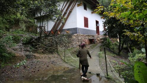 帮助别人快乐自己,50岁的留守妇女成山村志愿者