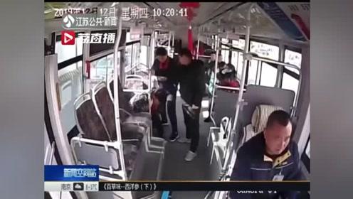 公交车上老人腹痛难忍 众人救助紧急送医