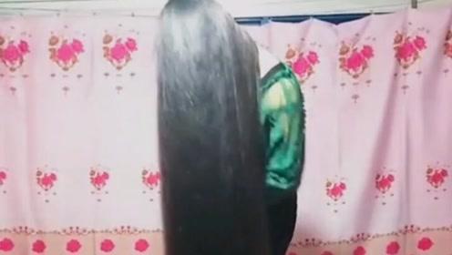这么长的头发真的是可以当被子盖了,好惊艳啊