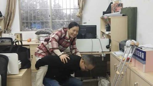 女教师被老公背着上下班,将腿搭在凳子上讲课,背后原因暖心