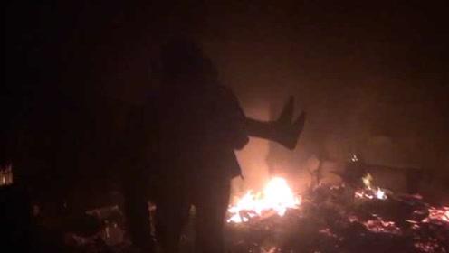 竖起大拇指!老人大火中被困,消防员营救时让出呼吸器