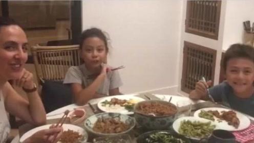 刘烨老婆带俩娃夸赞奶奶厨艺好 诺一下巴变尖超帅气