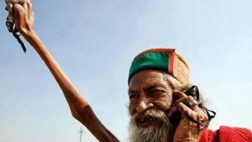 印度最牛苦行僧,高举右手臂46年,现在成了这般模样!专家:这是神的使者