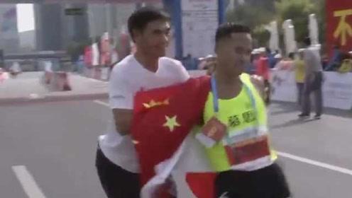 又起争议!马拉松冠军被跑友强行拉拽与国旗合影