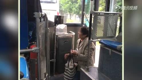 老人带活鸡上公交遭拒下跪 司机:我没让她跪