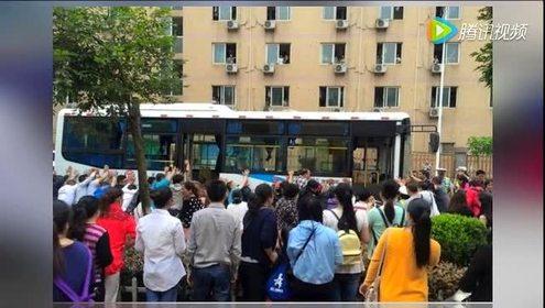四川女子用身体护子被卷车底 市民抬车救人