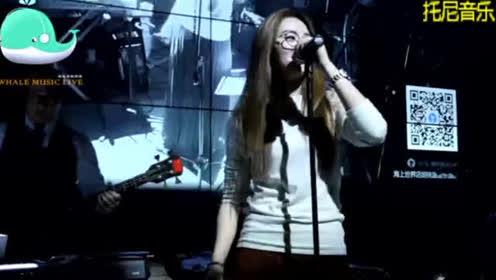 20岁漂亮姑娘直播唱《爱的初体验》老司机乐坏了