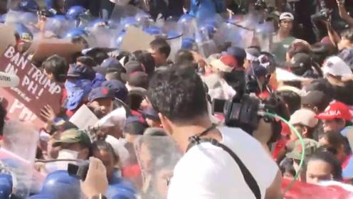 菲律宾首都马尼拉举行反特朗普示威 警方动用消防喷水车