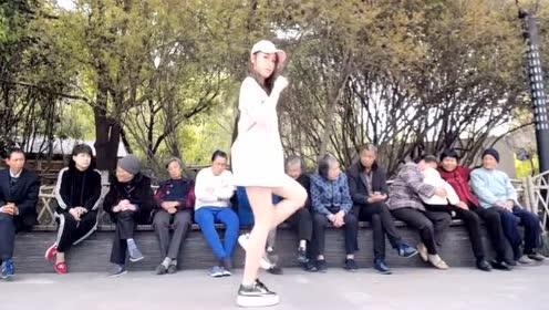 美女妹子街头跳鬼步舞《seve》后面大爷大妈亮了!
