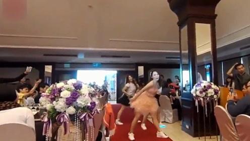 这个新娘舞蹈功底绝对深厚,直接在婚礼上跳起来了,娶到她真幸福