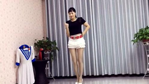 小青广场舞,这个姑娘跳舞,真好看