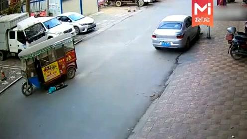 小孩路边玩耍,忽然发现不对劲,视频拍下愤怒一幕