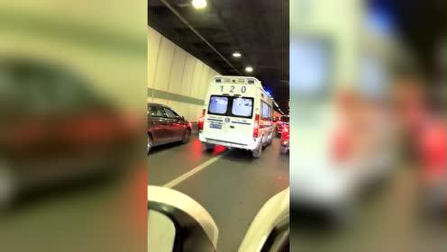 成都红星路下穿,看到救护车来了,所有司机自动让行