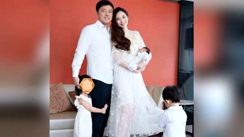 吴佩慈产后两周秀美腿 抱新生宝宝晒五人全家福