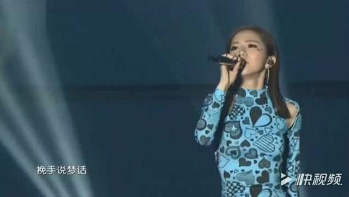 邓紫棋在颁奖台献唱一曲《喜欢你》一开嗓全场观众沸腾了!