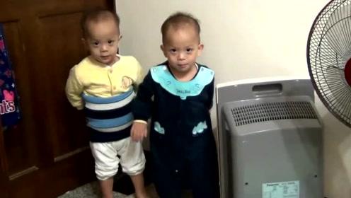 双胞胎小兄弟被爸爸罚站,兄弟俩接下的表现网友纷纷点赞!