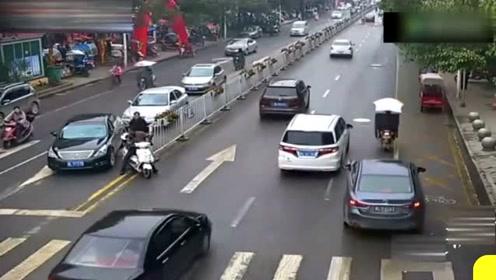电动车翻下农田,却把视频车女司机给吓坏了!