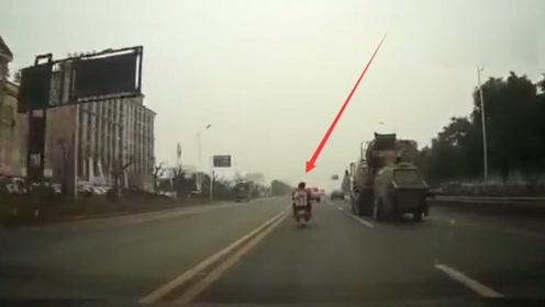 一辆摩托车躲闪急停的皮卡,摔倒在地被大货车撞上酿惨剧