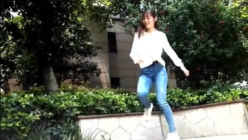 室外广场鬼步舞《女人没有错》舞姿好漂亮,青春洋溢、活力四射