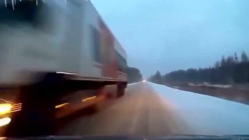 这司机是开坦克出身的吧,雪天还敢这么开!