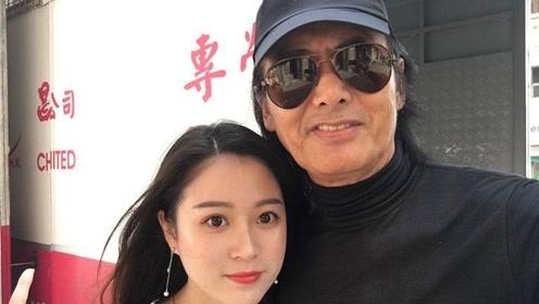 网友香港街头偶遇周润发,63岁的他与粉丝同框自拍特亲和!