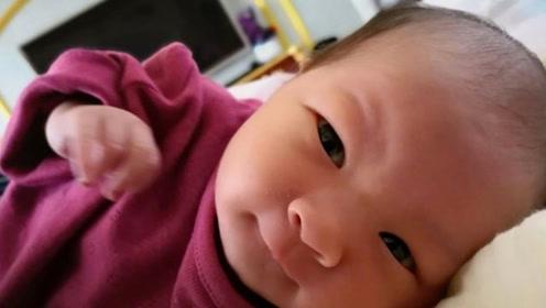 新晋奶爸曹云金晒女儿近照 小baby脸蛋通红抿嘴可爱
