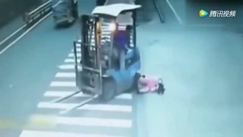 惨烈车祸恐怖瞬间,如果不是有监控,你可能看不到这么恐怖车祸!