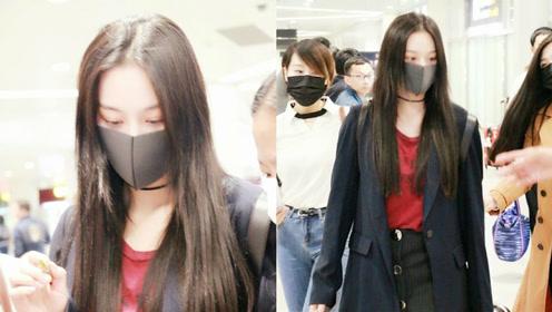 机场偶遇张馨予热情为粉丝签名 真人太瘦了