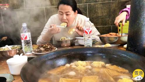 6人围坐1米大锅,肥肠猪肉丸子一锅汤!山东特色小吃,20元吃到撑