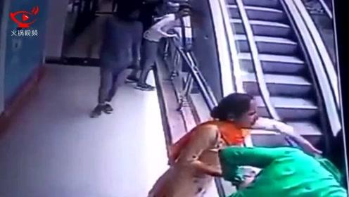 夫妻抱孩子电梯上忙于自拍 失手将孩子从三楼跌落身亡