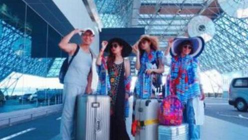 Selina与家人外出度假衣着浮夸 母女三人似姐妹花