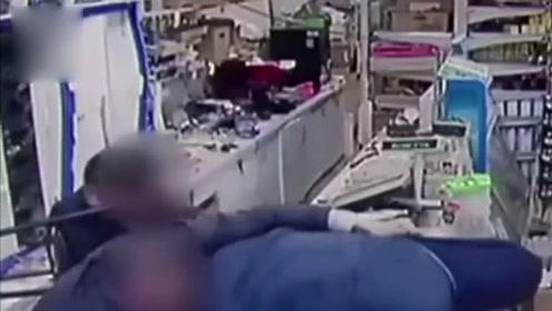 华人超市遭4人抢劫 父子俩对峙劫匪还活捉1个