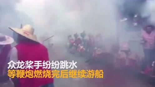 广州 龙舟探亲放鞭炮不慎爆炸,烟雾浓浓似成一条烟龙
