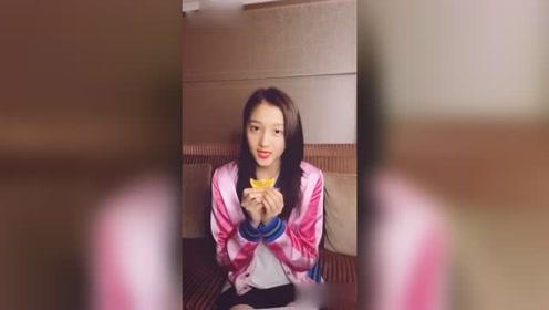 关晓彤接受橙子微笑挑战 邀请李宗霖 一起接力微笑