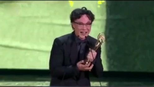陈奕迅得奖感言  先拿出手机拍奖杯