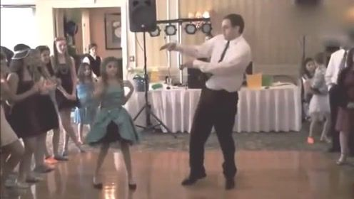 爸爸陪女儿在学校舞会上跳舞,画风突然一变,观众都沸腾了