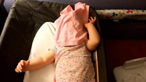 老爸和女儿玩躲猫猫,掀开裤衩后,宝宝可爱的模样简直萌化了
