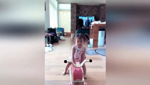 陈冠希女儿一边骑车一边叫爸爸,扎着三条辫子可爱得要命