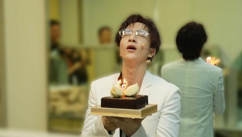 薛之谦忙工作节目录制现场庆生 捧蛋糕闭眼许愿表情搞怪