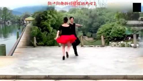 很优美的双人舞,这样的舞蹈在农村也很盛行!