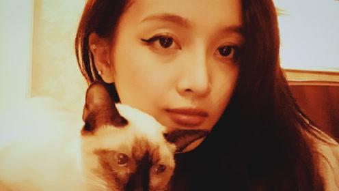 吴宣仪收工晒与爱猫自拍 妆容复古眼神略显疲惫