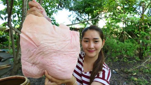 弄回来一块带皮猪肉,看看柬埔寨女子是什么吃法,看着真馋人