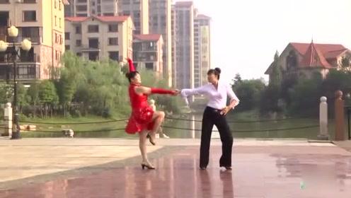 潘长江经典歌曲《过河》跳出来的广场舞也是一种美景