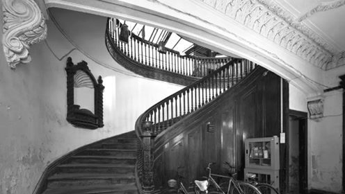 一个喜欢用大画幅拍上海老楼梯的男人