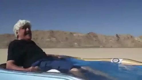 两小伙花六年时间 把浴缸装进汽车开到马路上